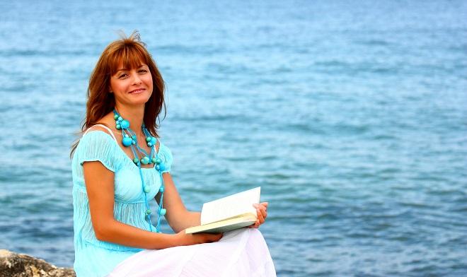Kvinde læser i mindfulness bøger