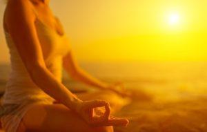 Kvinde laver mindfulness øvelser
