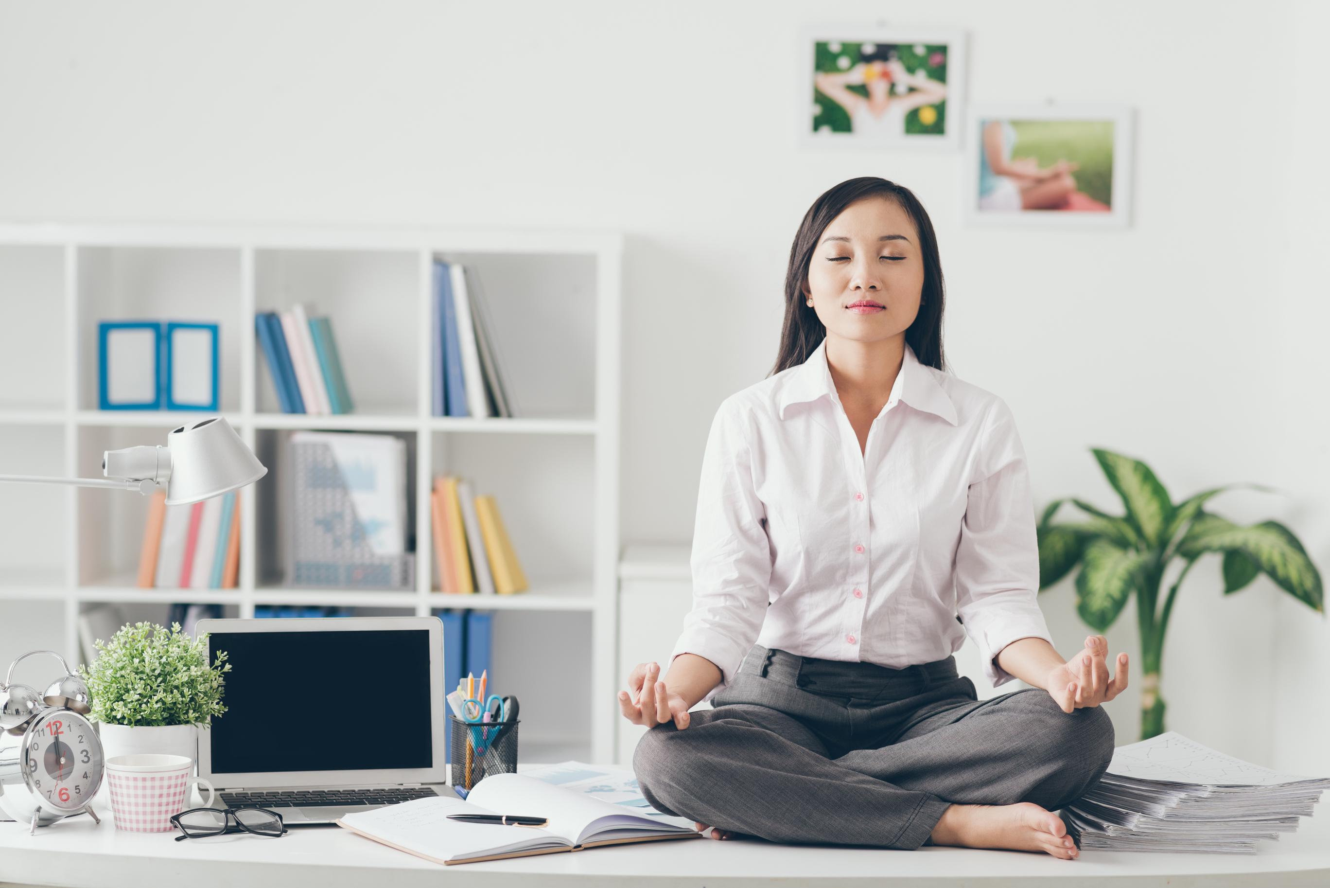 Kvinde Lytter Til Gratis Meditation