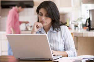 Kvinde er koncentreret og laver ikke overspringhandlinger