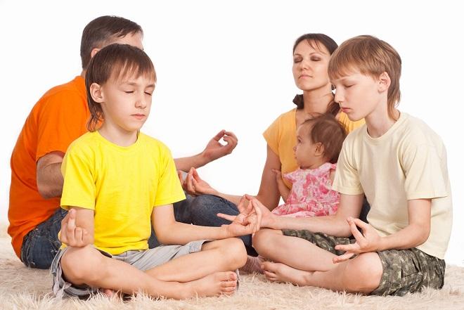 Familie Meditation Brugt Til Koncentration Og Fokus Lille