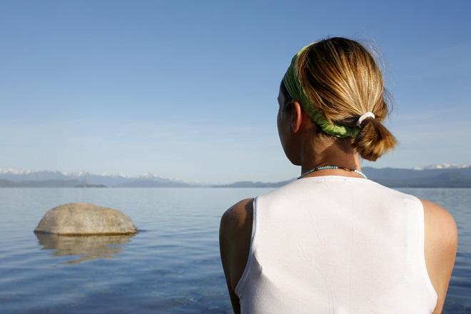 Kvinde med indre ro ved vandet