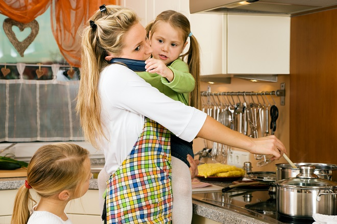 Mor og barn uden glæde i hverdagen