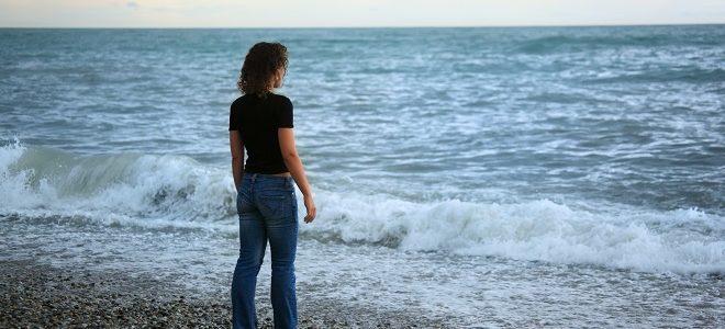 Lær Meditation - Kvinde Uden Stress Ved Havet