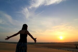Kvinde uden ensomhed i naturen